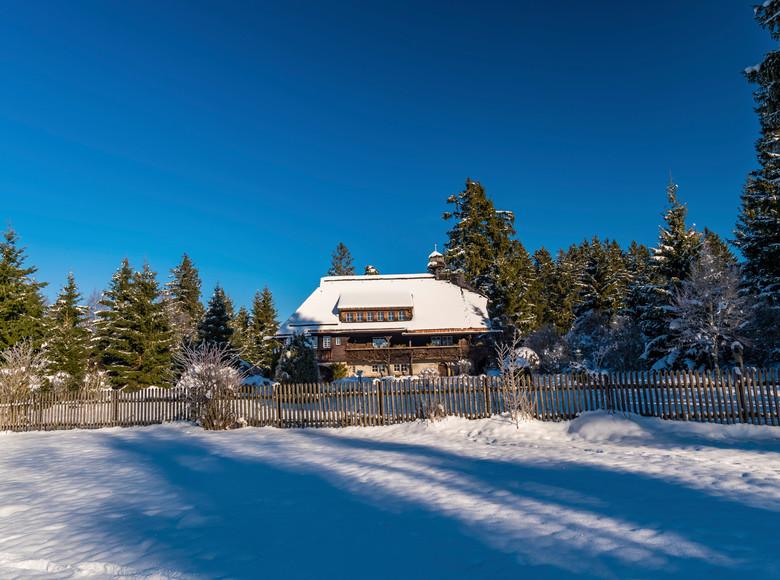 Museum Hüsli im Winter bei klarem Himmel