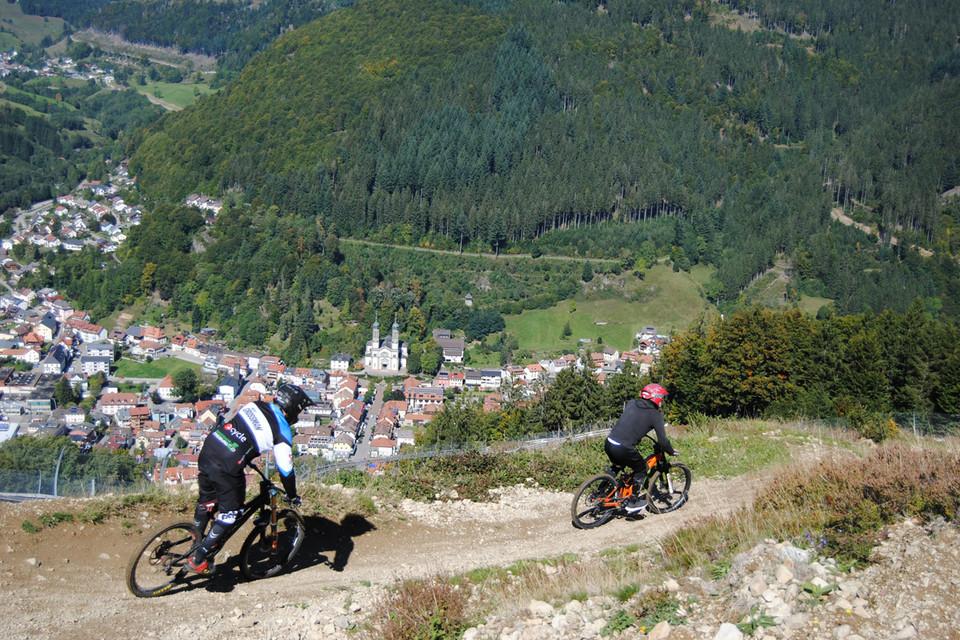 Mountainbikeprofi mit Mountainbikeneuling gemeinsam auf Tour an den Hängen des Hasenhorn bei Todtnau