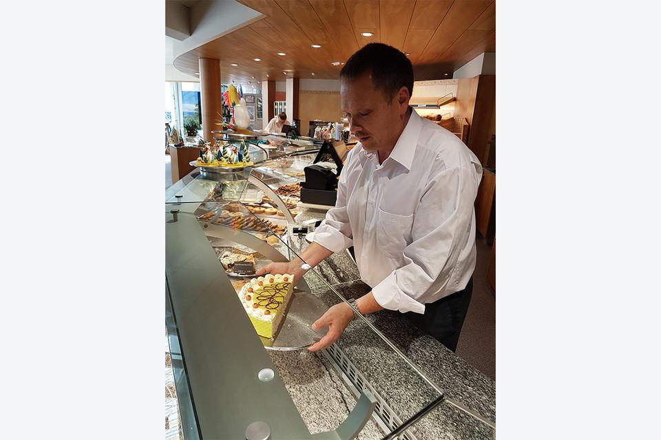 Zwar ist die Kuchenvitrine im Café Ell sehr imposant, doch am beliebtesten ist bei Touristen die Schwarzwälder Kirschtorte