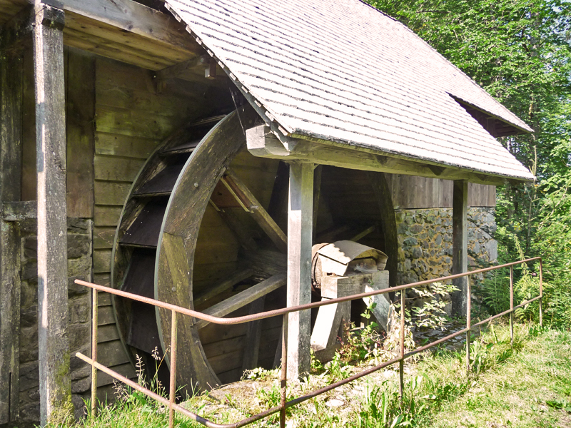 Das nächste Ziel ist die Klingenhofsäge, eine alte Klopfsäge, die auch heute noch durch Wasserkraft betrieben wird.