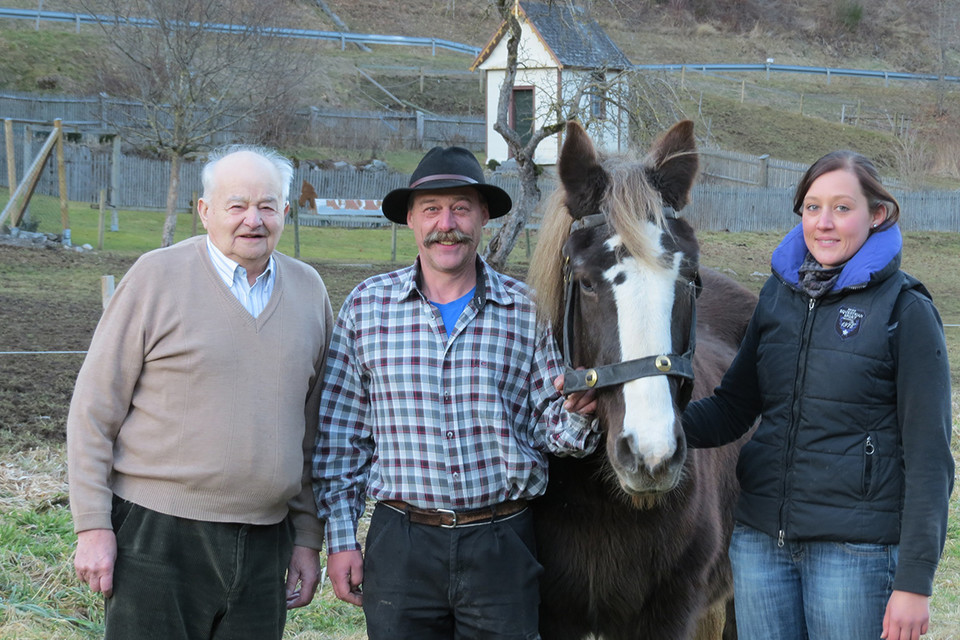 Großvater Albert, Vater Manfred Feser und Tochter Lisa Meier sind begeistert vom Schwarzwälder Kaltblut.