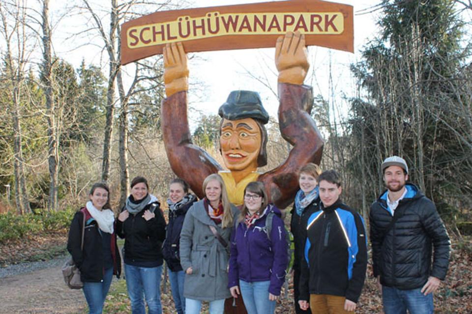 Gabi ist im Skidorf Schonach im Südschwarzwald aufgewachsen. Sei es bei einer Mountainbiketour oder einer rasanten Ski-Alpin Abfahrt, sie ist seit ihrer Geburt gerne in der Natur unterwegs - im Sommer wie im Winter. Das Reisen ist ihr Hobby, denn als Studentin der Hochschwarzwald Tourismus GmbH besucht Gabi die Duale Hochschule in Lörrach und studiert dort Betriebswirtschaftslehre mit Fachrichtung Tourismus.