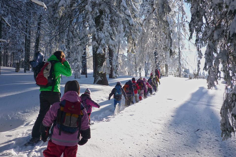 Da es oft Familien sind, die sich auf eine Winterwanderung begeben, gilt hier zu beachten, dass Kinder in Tragekraxen extrem schnell auskühlen und daher besonders warm eingepackt werden müssen.