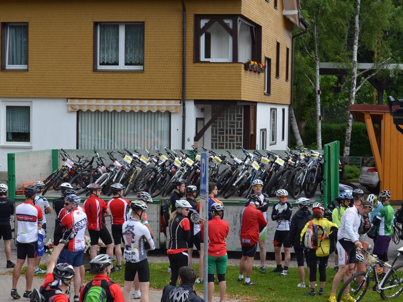 Von einem Augenblick zum anderen strömen tausende von Bikern vom Bahnhof über die Straße zu den Trucks.