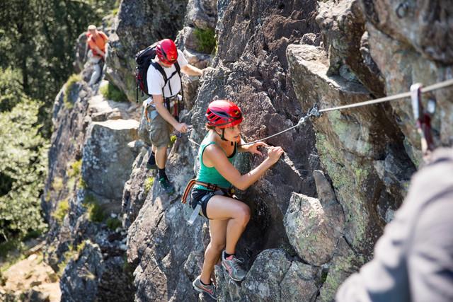 Gruppe beim Klettern an einer Felswand