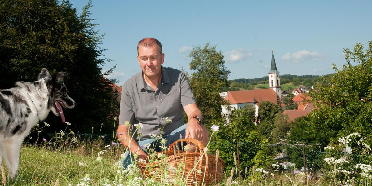 In den Feldern rund um Löffingen sammelt Michael Meßmer die Kräuter für seine Gerichte