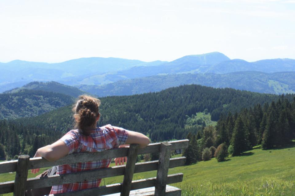Sabrina ist ein Hochschwarzwälder Gewächs und nach Studium und Auslandsaufenthalten wieder gern in die Heimat zurückgekehrt. Sie arbeitet für die Produktbereiche Winter, Wandern und Rad/MTB. Wie geschickt, dass sie ihre Freizeit am liebsten in der Natur verbringt, ob Sommer oder Winter. Am schönsten findet sie es, wenn am Morgen auf dem Weg zur Arbeit sich der Nebel über dem Titisee lichtet und den Blick auf den Feldberg freigibt.