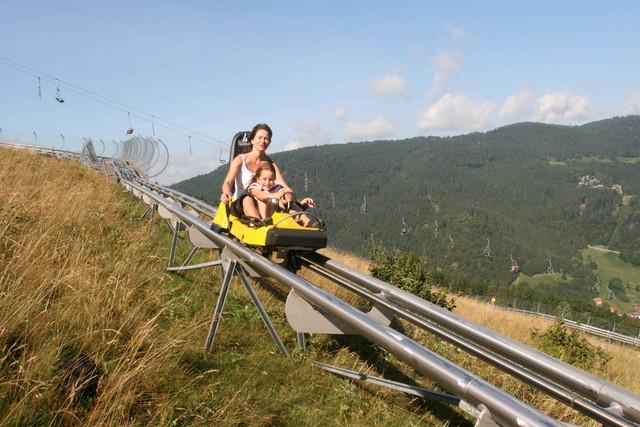 Mutter und Kind fahren den Hasenhorn-Coaster hinunter