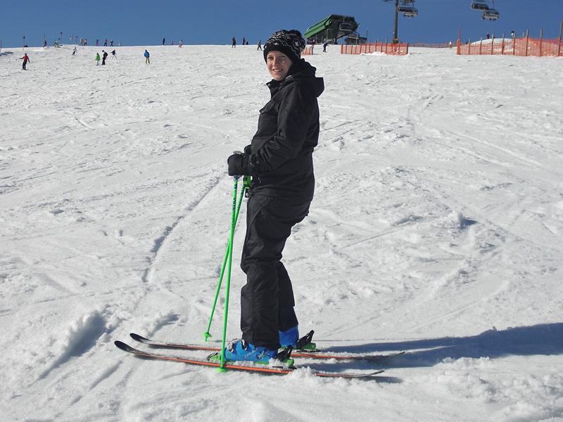 """Angela kam nach ihrem Tourismus- und Eventmanagement Studium in Freiburg berufsbedingt aus der schönen Ortenau in den Hochschwarzwald. In ihrer Freizeit ist sie gerne in der Natur unterwegs. Auch wenn ihre Lieblingsjahreszeit eigentlich der Sommer ist, den sie oft an den Seen der Region verbringt, kann sie mittlerweile auch dem Winter seine schönen Seiten abgewinnen. In der """"kalten"""" Jahreszeit zieht es sie z.B. zum Skifahren oder Schneeschuhwandern auf die zahlreichen Pisten und Gipfel des Hochschwarzwalds."""